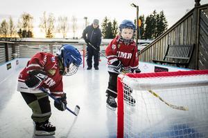 Under hösten har det varit stor aktivitet på isrinken på altanen i Klockarberget hemma hos Oliver Grip. Kompisen Albin Karlsson kommer ofta och åker skridskor med Oliver.