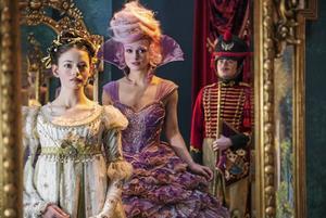 """Kiera Knightley härskar över godisriket i julfilmen """"Nötknäpparen och de fyra världarna"""", där Clara (Mackenzie Foy) kommer till en magisk värld där leksaker har blivit levande."""