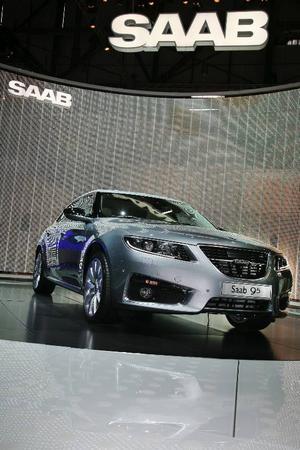 """Det var ingen direkt rusning till Saabs monter på bilsalongen i Genève. Debatten om märkets framtid och de olika turerna kring försäljningen har inte nått särskilt långt utanför Sveriges gränser. Men nya Saab 9-5 dominerade förstås montern, som fortfarande var inrymd i GM:s """"kvarter""""."""