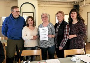 Roland Ek och Jenny Ebervik från Åsgarnsdalens Landsbygdsfiber överlämnar gåva till bygdegårdsföreningen som tar emot genom Ruth Lindgren, Gunvor Westlin och Karin Perers.