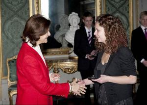 Ur drottning Silvias hand fick Emelie Bodén, Duved, ta emot pris för sina kunskaper i nutidsorienteringen.