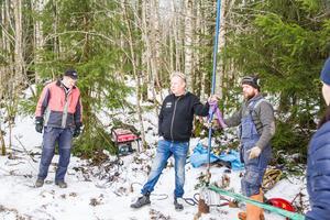 Anders Nilsson och Staffan Hedström var med och hjälpte Johnny Olsen från Fam Olsen entreprenad när brunnen i Hede skulle undersökas.