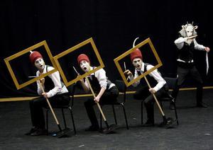 Stiliserat. Spelstilen med strikta rörelsemönster har hämtat inspiration från den japanska no-teatertraditionen.Foto: Per G Norén