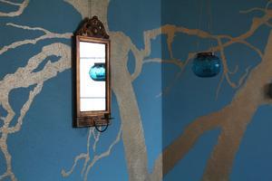 En av Wenches döttrar fotograferade ett av gårdens träd. Förstorade upp bilden och gjorde en väggmålning i guld.