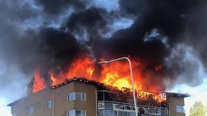 På torsdagen rasade en brand i ett flerfamiljshus på Näckrosvägen. Våning fem och sex totalförstördes.