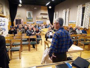 Många hörsammade kallelsen till mötet i Oviken om den planerade vindkraftsparken i Gräftåvallen.