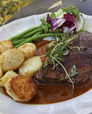 Älgbiff med viltpepparsås och stekt potatis är höstlig festmat.