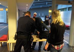 Poliser och ordningsvakter genomförde kontroller innan rättegången startade.
