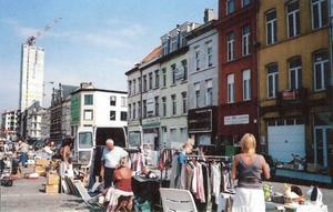 Husen är smala och höga på Londenstraat, men den sida av gatan där Café Gamla Gefle låg är riven och ersatt av en parkeringsyta, som även används för marknader. Foto: Barbro Sollbe