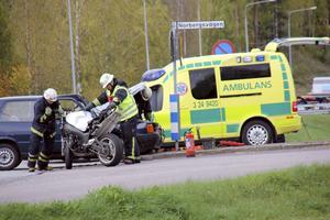 Motorcykeln körde in i personbilens högra sida. Mc-föraren blev allvarligt skadad.