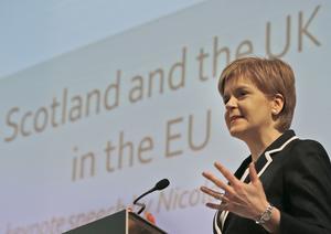 Nicola Sturgeon, partiledare för SNP, kampanjar för att Storbritannien stannar i EU.