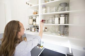 Torrvaror förvarar Stella i glasburkar i stället för plastpåsar eller -burkar.