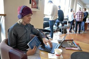 Utanför biblioteket. Instrumental musik passar att lyssna på när jag pluggar, säger Adam Gunnarsson.