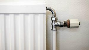 En bergvärmepump installerar man för att minska elförbrukningen, men om den dunkar in iskall luft, i vårt hus, ökar det ju elförbrukningen hos oss, skriver signaturen