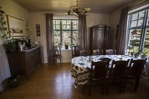 I anslutning till köket ligger en liten matsal med möbler i mörkare trä.