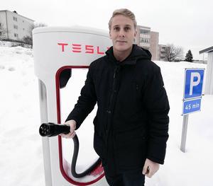 Christoffer Björk, säljare på Tesla, håller i en