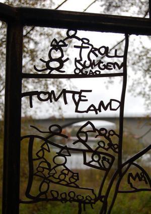 Tomtar, trollkungen Ogab och olika djur finns både i och utanför Johan Linds skärmrum.