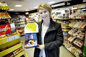 Johanna Grönlund delar ut gratis hundbajspåsar.