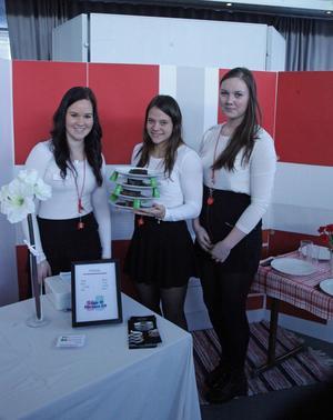 Louise Lundström, Johanna Rovio och Eva-Lotta Öberg Laga och förvara UF säler en produkt som gör att det går att stapla tallrika med mat och godsaker på.