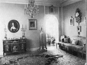 Inre delen av salongen med gustaviansk byrå och en av de räfflade kolonnerna