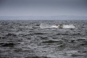 Hans Johansson kommer in från Storhjälmaren till sin hamn i Sandshagen efter en järngrå, blåsig arbetsdag. Hjälmaren är landets värdefullaste sjö för yrkesfiske, slår länsstyrelsen fast i sina utredningar.