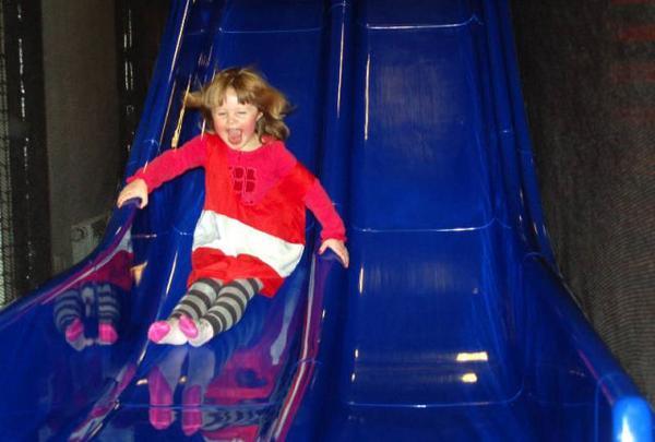 Wilma Helmersson, 3 år, från Sveg gillade rutschkanan.