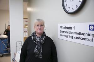 Anette Gerlström, chef för vårdcentralerna i Västerbergslagen, jagar febrilt efter sommarvikarier.