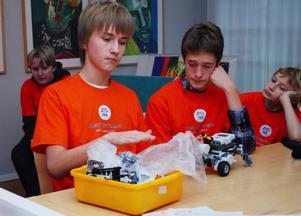Jonas Karström, Robin Boij NIlsson och Jonathan Arhimaa bygger en robot.