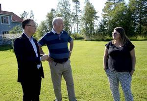 Hans Green, vd för Bergs hyreshus, Kent Rosenqvist (S), ordförande i Bergs hyreshus och Mia Eriksson (S), ordförande i kommunens utvecklingsutskott, gläds åt den nya satsningen på bostäder.