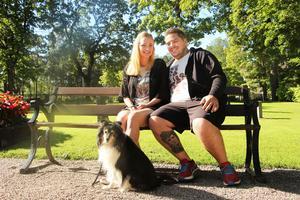 Paret Patrik Almén och Sandra Lindberg har träffats i ett halvår, och nu ska de gifta sig.