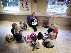 Lena Norman tog tillfället i akt att lära förskolebarnen om varg, då de nästan alla har fått se den utanför förskolan. Vid skogsbrynet bakom vändplanen ska vargen ha rört sig under torsdagen.