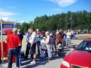 Kön till parkeringsautomaten vid Furuviksparken var lång under gårdagen.