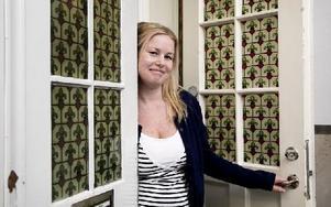 Det är inte kul att få höjd hyra, säger Sofia Palm-Tjust. Hon bor på den kanske mest centrala adressen i Ludvika. Foto: Peter Ohlsson