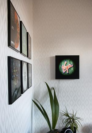 Egohörnan med Viktors skivor på väggen.