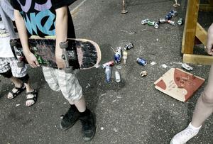 Runt rampen ligger glaskross, ölburkar, flaskor och pizzakartonger i mängder.