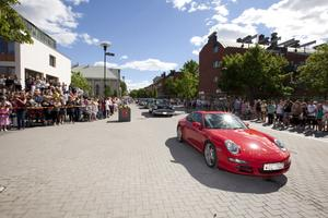 På Hyttgatan ringlade kön lång med cabbar, amerikanare och andra välputsade åk som skulle släppa av festdeltagarna på Jerntorget för mingel innan det var dags för avfärd till Gasklockorna och Gävle.