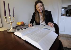 Pluggar. Johanna läser helst på universitetet men ibland blir det studier vid köksbordet.
