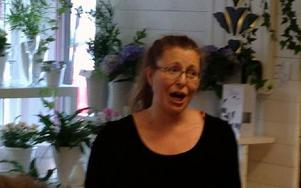Anna Tarantino-Eklund sjöng en aria ur Madame Butterfly och tiden stod stilla för en stund på Ica i Dala-Floda. Foto: Göran Greider