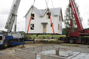17,5 meter in och en vridning på 90 grader gjorde att huset hamnade i harmoni med omgivningen.