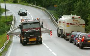 Möten med andra långtradare beredde en del problem för den breda transporten.