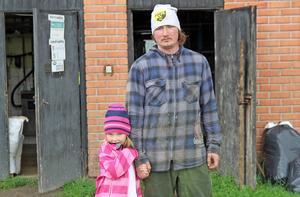 Vilhelm Nyman tillsammans med sin dotter Linnea utanför ladugården.