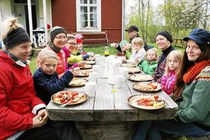 Familjeläger. Under helgen samlades familjer i Sixtorp och umgicks och hittade på roliga saker tillsammans på Svenska kyrkan och Naturskyddsföreningens läger.Foto: Katarina Hanslep