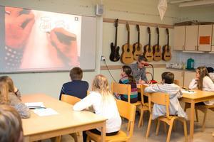 Johan Unenge, känd bland annat för att ha ritat ungdomsserien Eva & Adam, besökte Sollerön.