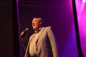 Konferencier Lars T Johansson förde publiken genom kvällen. Han både sjöng, spelade teater och levererade skämt.