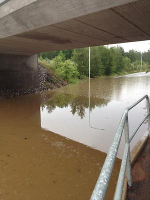 Järnvägsviadukten i Källviken i Falun fylldes med vatten.