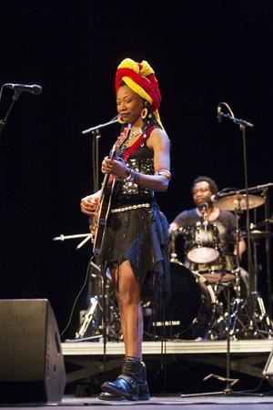 Fatoumata Diawara med band spelar wassoulou, en slags västafrikansk popmusik.