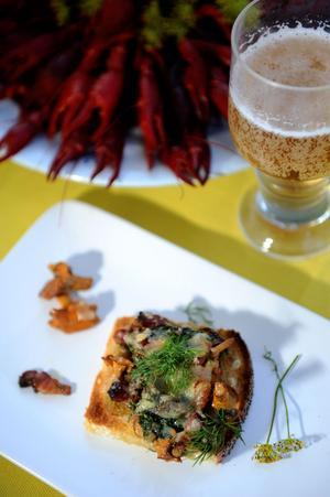 En enkel kantarellförrätt passar bra till kräftor och ett glas öl.