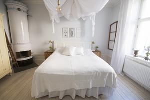 I sovrummet finns en av husets tre kakelugnar. Rummet användes som matsal av Johannas mormor Kerstin.