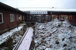 Gårdsplanen på Nipängen är uppgrävd för jordvärmeinstallationen.   Foto: Ingvar Ericsson
