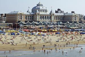 När havet blir varmt fylls sandstranden i Scheveningen till bristningsgränsen.